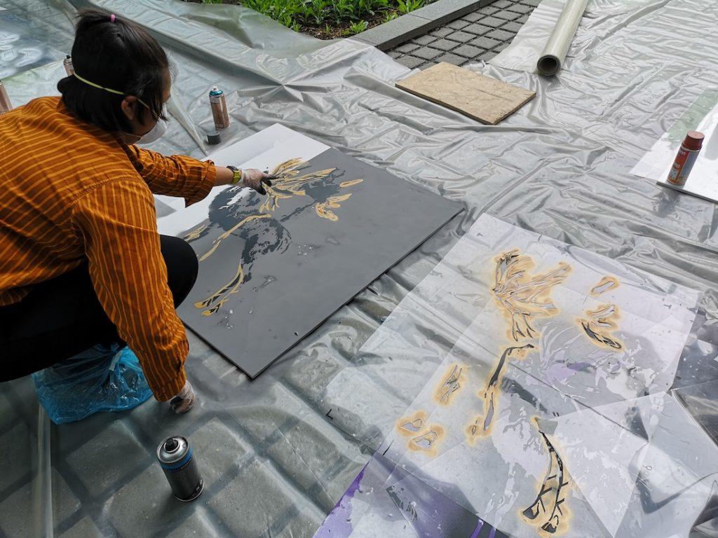 Oppilaat työstämässä teoksiaan Otaniemen lukion graffitityöpajassa